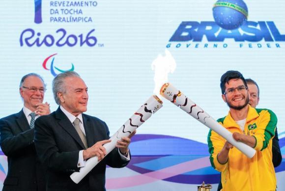 Tocha paralímpica é acesa em Brasília