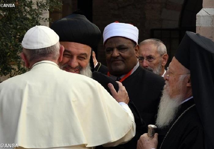 Papa chega a Assis para encontro pela paz