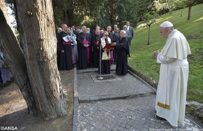 Papa abençoa imagem de Nossa Senhora Aparecida nos Jardins do Vaticano