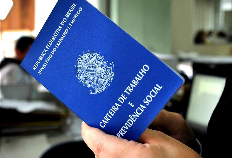 Taxa de desemprego no Brasil cai para 12,8%