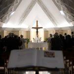 Contemplar Nossa Senhora das Dores aos pés da Cruz, convida Papa
