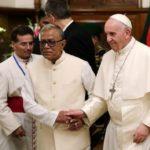 Papa chega a Bangladesh e se reúne com autoridades do país