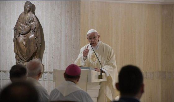 Papa: atenção com o consumismo; a generosidade alarga o coração